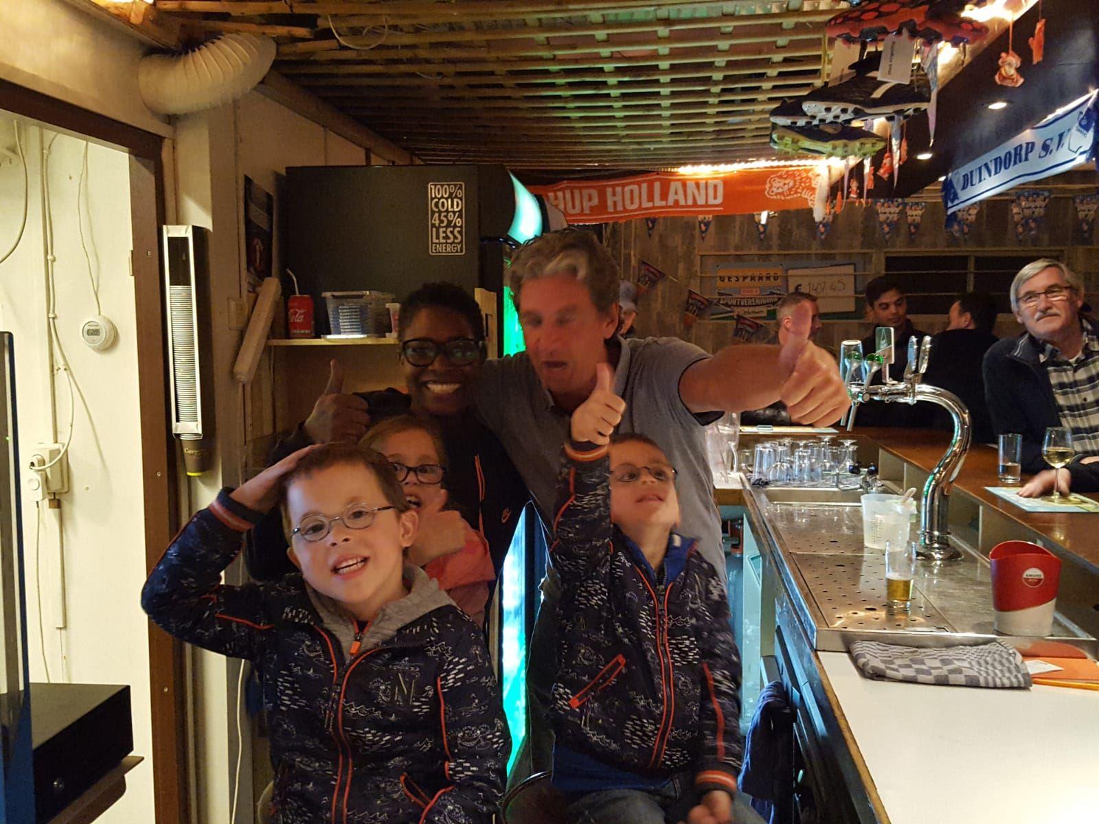 Onze jongste vrijwilligers achter de bar slotfeest afgelopen zaterdag